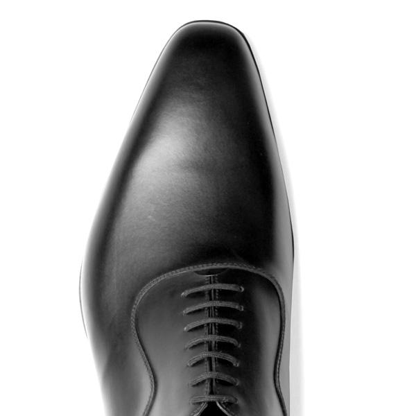 細身でロングノーズの靴